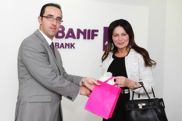 Photo of presentation of HK Gift to Ms Marisa Schembri